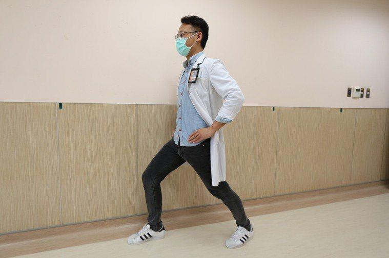 髖屈曲肌伸展。圖/物理治療師楊詠順提供 動作示範/物理治療師楊詠順