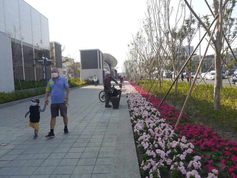 高雄鐵路地下化後,鳳山區正義站附近原有圍籬阻隔視線,現在栽種喬木與草花,傍晚吸引居民散步。記者徐白櫻/攝影