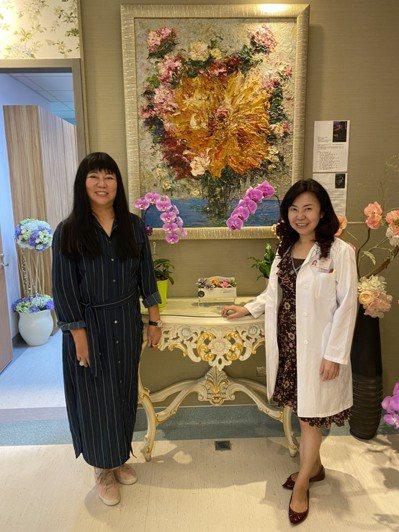陳惠鈴(右)與畫家劉白雪在中榮植牙中心她的畫作前合影。圖/陳惠鈴提供