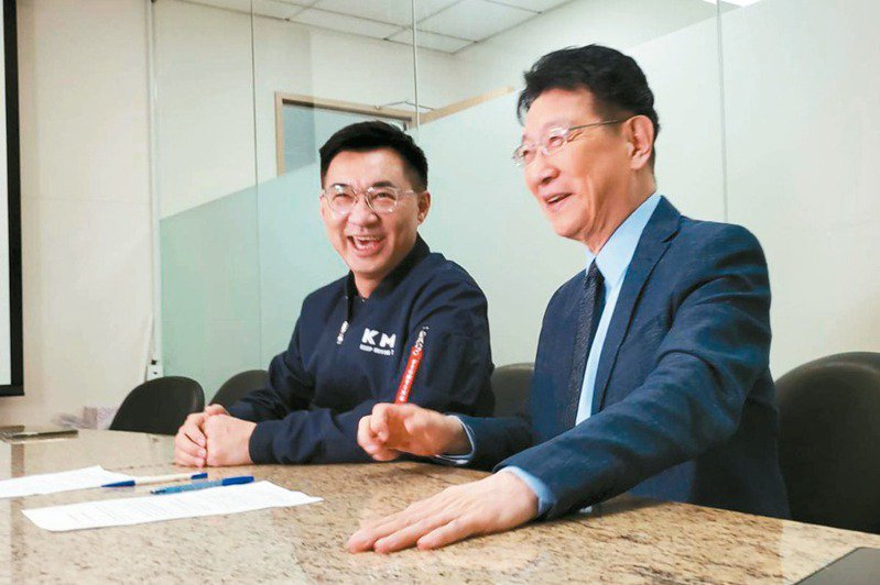 國民黨主席江啟臣(左)和中廣董事長趙少康(右)合體拍攝罷捷影片,希望人民踴躍出來行使屬於自己的公民權。圖/國民黨提供