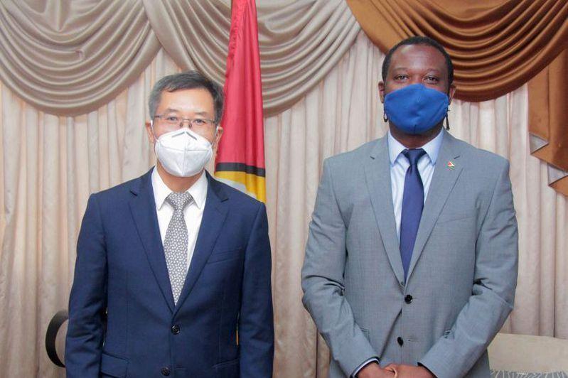 外交部前天宣布在蓋亞那設「台灣辦公室」,但不到24小時就被蓋國終止。蓋國外長陶德(右)在發布終止我設辦公室協議後,也在臉書上貼出和中國大陸駐蓋亞那代辦陳熙來(左)合照。圖/取自陶德臉書