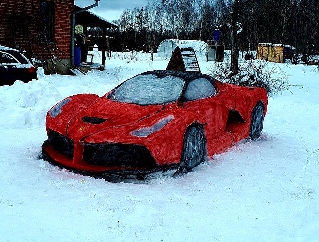 近日來自立陶宛的一對夫妻,在自家庭院的雪地中用冰雕刻出一輛真人大小的法拉利。圖擷自每日郵報