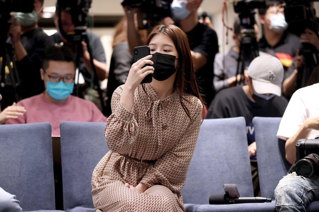 翁立友5日針對性騷疑雲召開聲明會,雞排妹鄭家純(中)也親自現身卻吃了閉門羹。記者