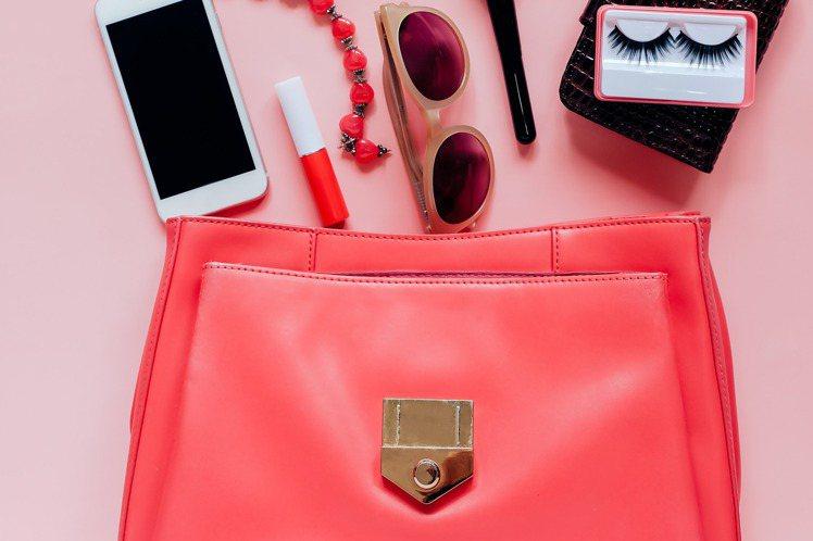 從包包裡頭的樣子,就能窺探出一個人是否容易害怕寂寞。圖片來源/ingimage