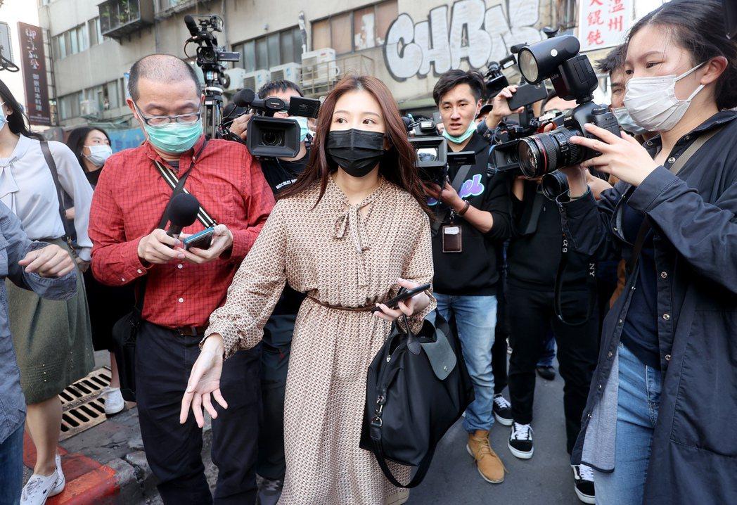 翁立友5日針對性騷疑雲召開聲明會,雞排妹鄭家純(中)也親自現身,但豪記唱片堅持不