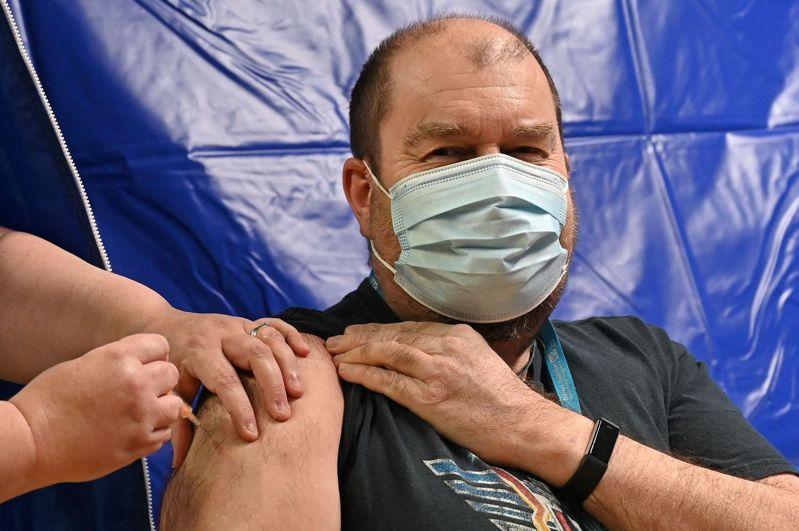英國廣播公司(BBC)報導,英國昨天達成近1100萬人接種目標,接下來目標是在15日前達成1500萬人。法新社