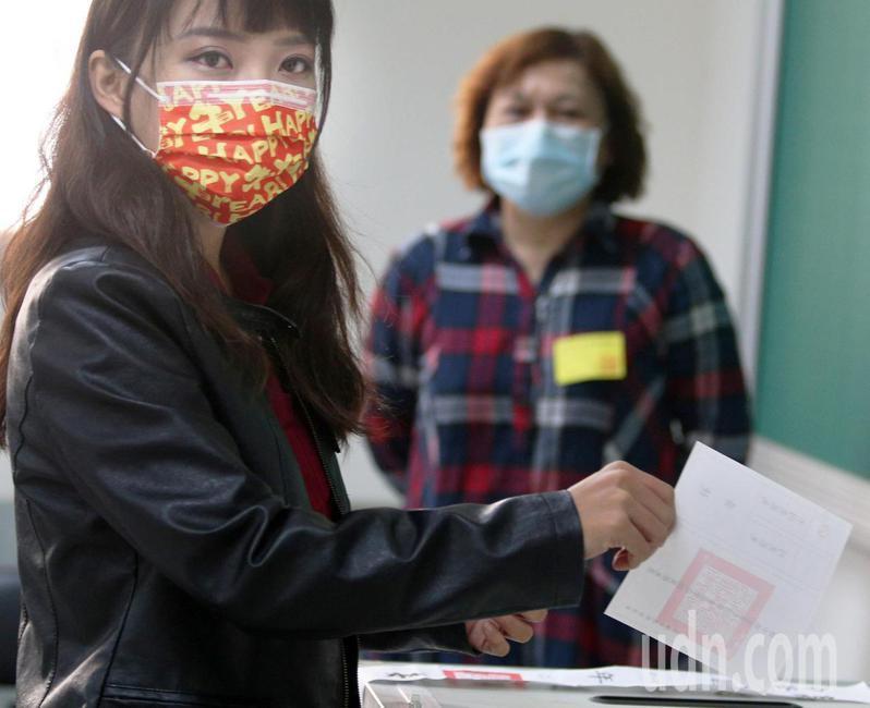 高雄市議員黃捷上午投票。聯合報記者劉學聖/攝影