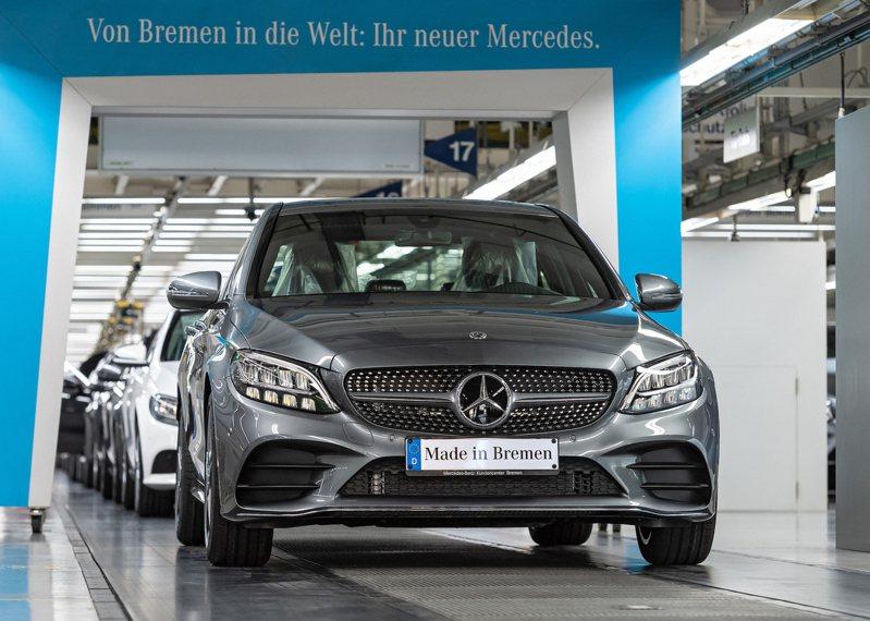 戴姆勒在德國最大的不來梅(Bremen)廠因晶片短缺被迫減產。圖為不來梅廠生產的賓士(Mercedes-Benz)C 系列轎車。圖/戴姆勒提供