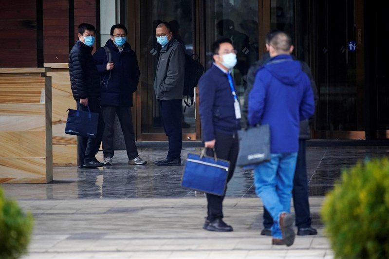 世界卫生组职(WHO)专家小组于中国武汉进行2019冠状病毒疾病(COVID-19)溯源调查之际,多名中国专家定调,病毒是从2019下半年起多点爆发,溯源应多国多地进行,「武汉只是第一站」。 路透社(photo:UDN)