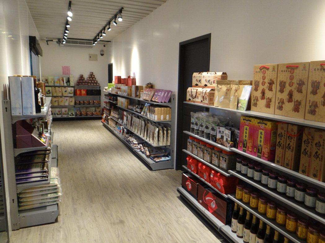 西濱口湖休息站的貨櫃市集展售上百種健康的雲林良品特產。記者蔡維斌/攝影