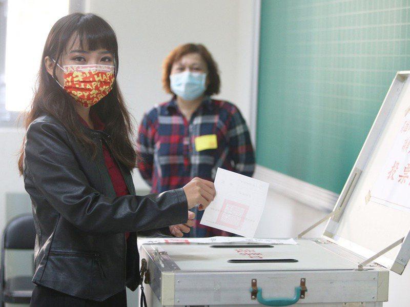 高雄市議員黃捷今天上午赴鳳山高中參與投票。記者劉學聖/攝影