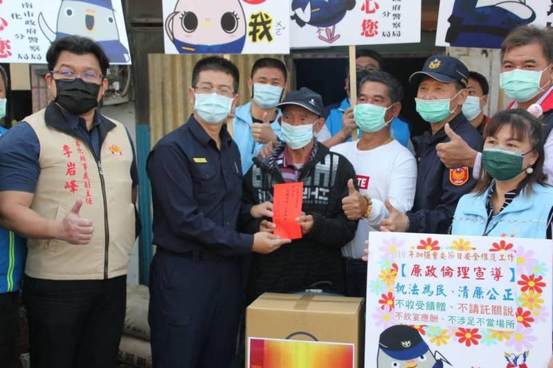 台南善化警方攜手善心人士做公益,春節前夕慰問幫助弱勢家庭。圖/善心分局提供