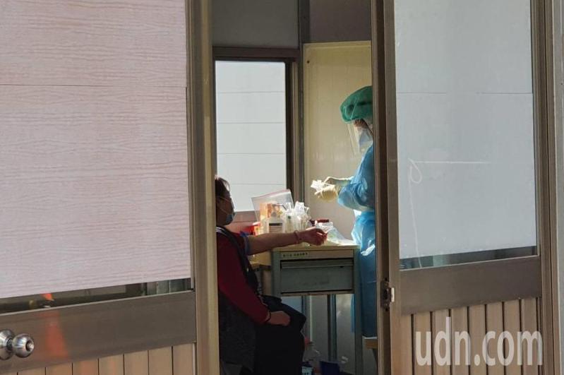 部桃清零計畫進入最後階段,昨有醫護人員臨時被叫回醫院採檢,外界擔心疫情生變。。記者陳夢茹/攝影