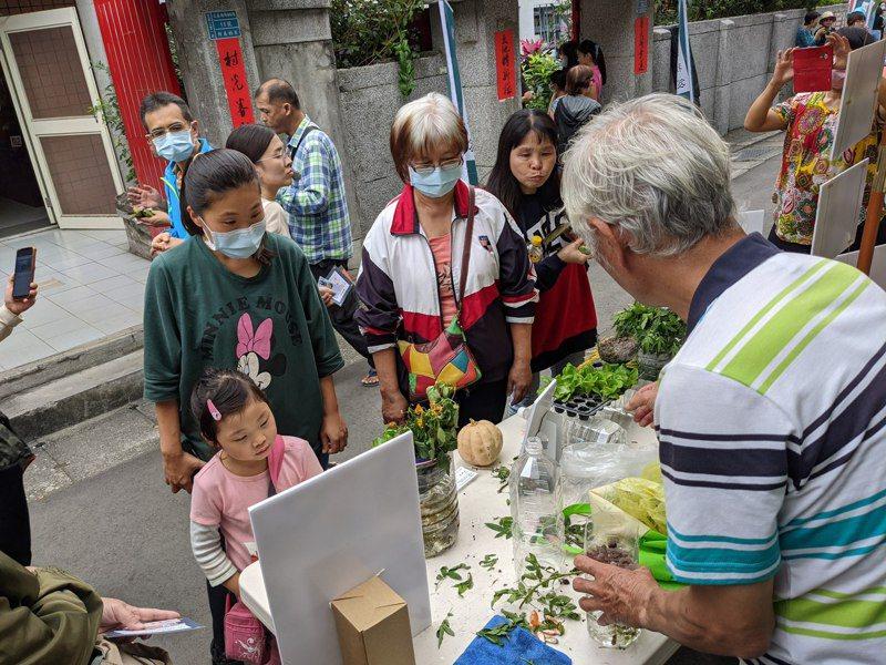 淡水忠寮社區建立魚菜共生園區改善溪流水質,同時推動食農教育。圖/新北農業局提供