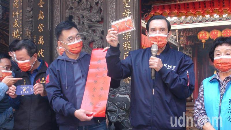 前總統馬英九今天上午與國民黨主席江啟臣到台中市豐原區慈濟宮發放春聯及口罩。記者余采瀅/攝影