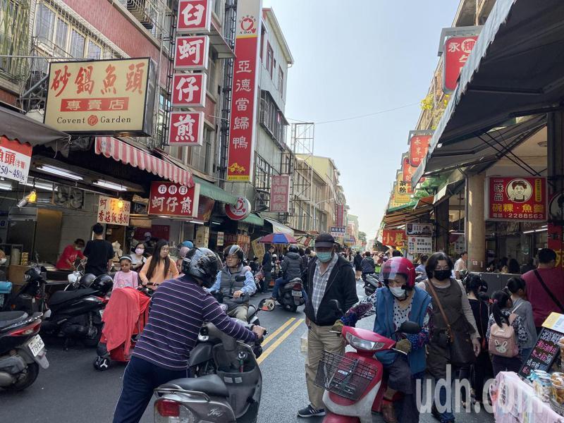 台南市中西區國華街是小吃一級戰區,每到假日都人潮眾多。記者鄭維真/攝影