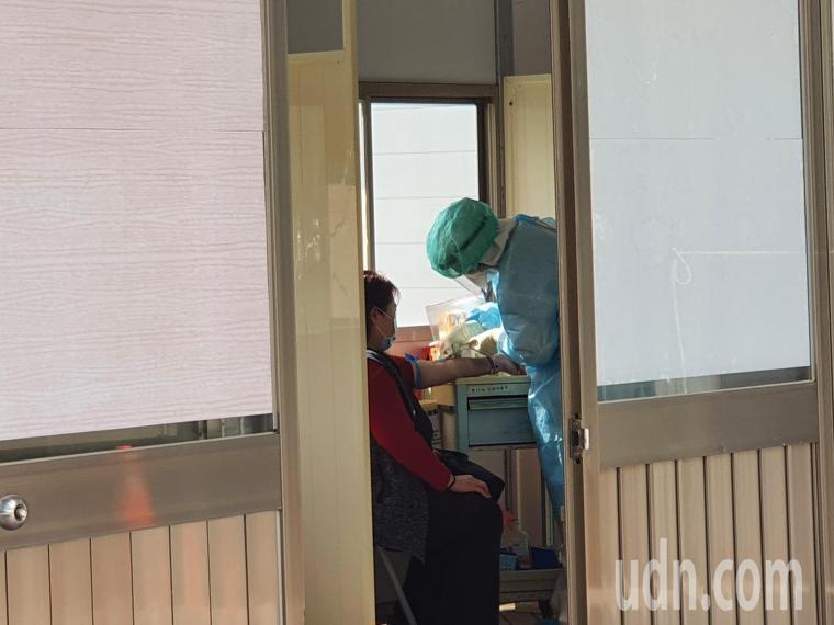 有醫護人員透露,昨晚臨時接獲通知,要求部桃全院人員進行抽血檢測。記者陳夢茹/攝影