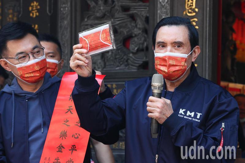 前總統馬英九(右)在國民黨主席江啟臣(左)陪同下今天前往台中豐原慈濟宮參香,向民眾展示今年做的口罩。記者黃仲裕/攝影