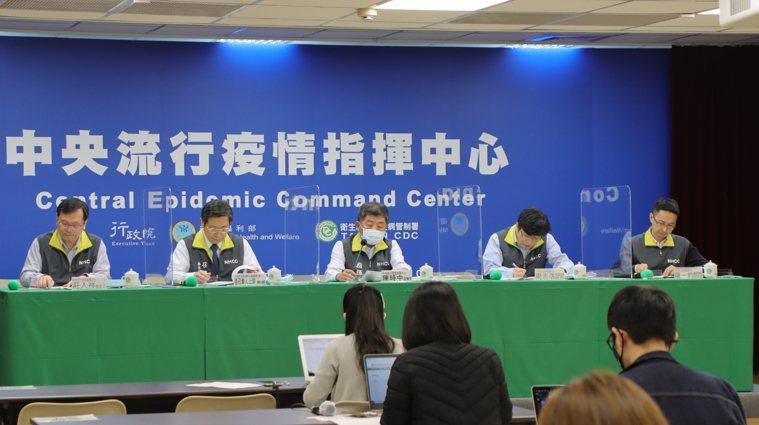 指揮中心指揮官陳時中說,目前還不宜使用疫苗護照,未來縮減居檢天數條件眾多,其中包...