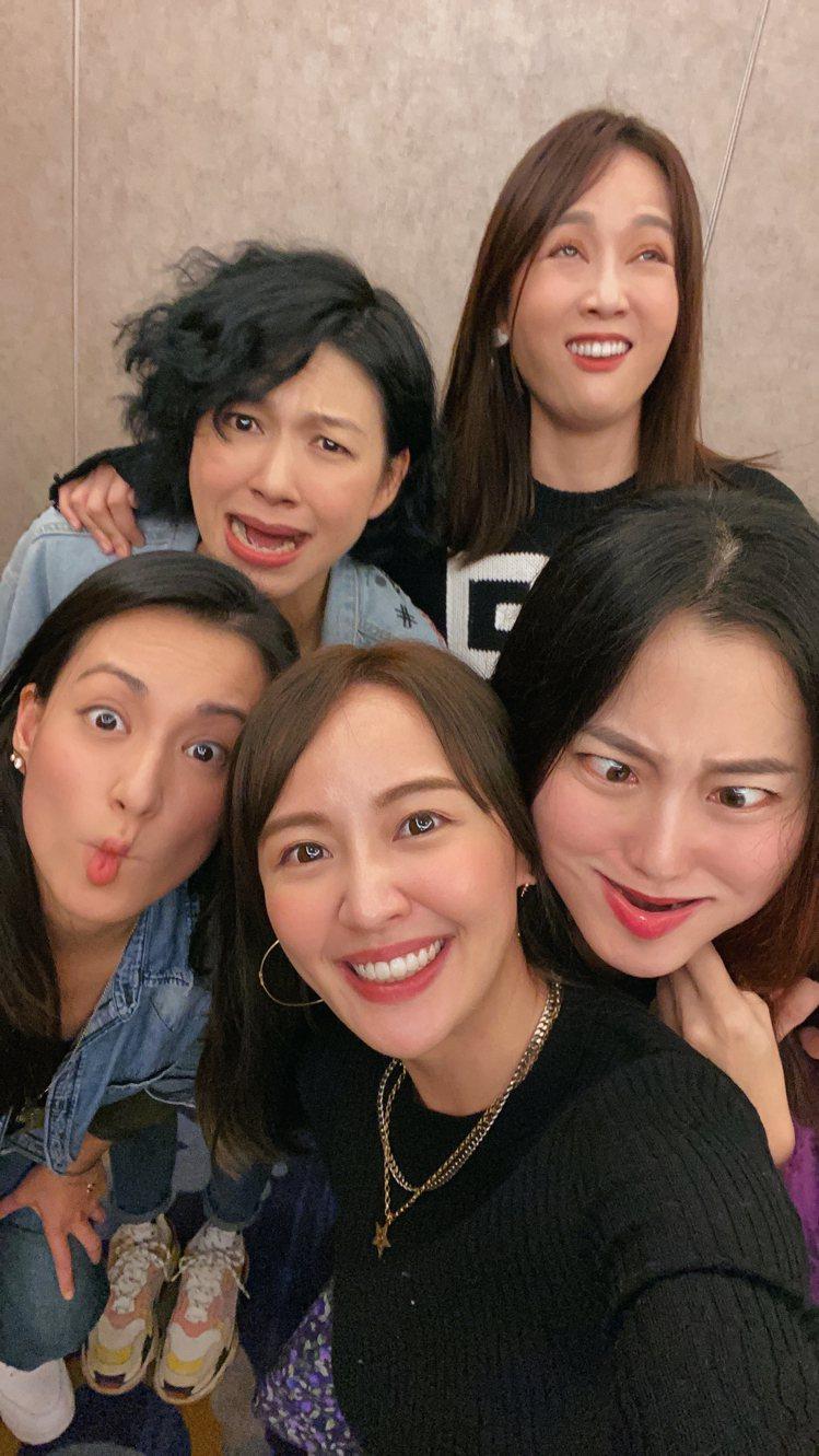 為了壽星賴薇如(中),趙小僑(右起)、陳喬恩、饅頭、仔仔齊扮醜。圖/林修毅提供