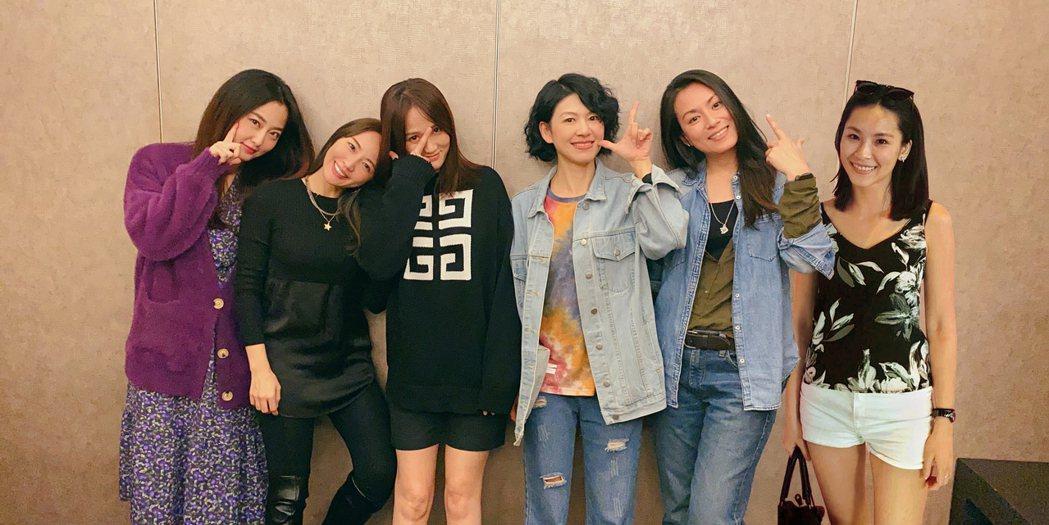 趙小僑(左起)、賴薇如、陳喬恩、饅頭、仔仔齊聚,再合成小潔圖,促成「七朵花」合體...