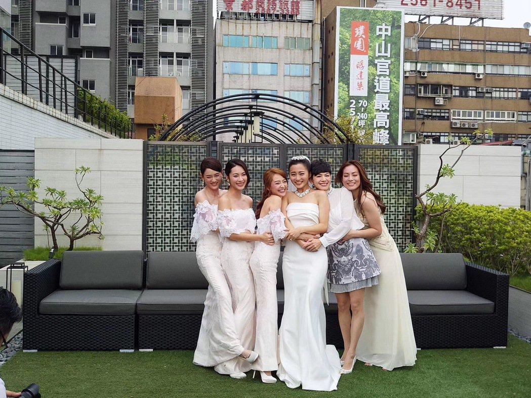 2017年趙小僑結婚,「七朵花」合體。圖/林修毅提供