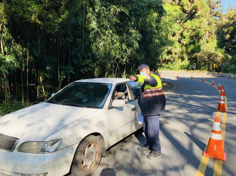 竹山警分局今天試辦溪頭停車場滿場分流,引導車輛到周邊風景區,避免沿線公路嚴重回堵。圖/竹山警分局提供