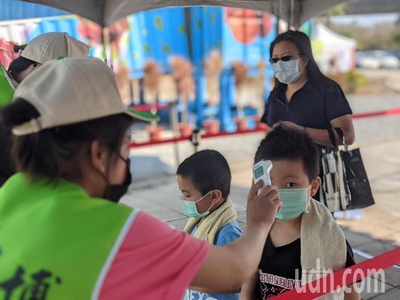 民眾入園皆須量測體溫,並以酒精消毒。記者陳弘逸/攝影