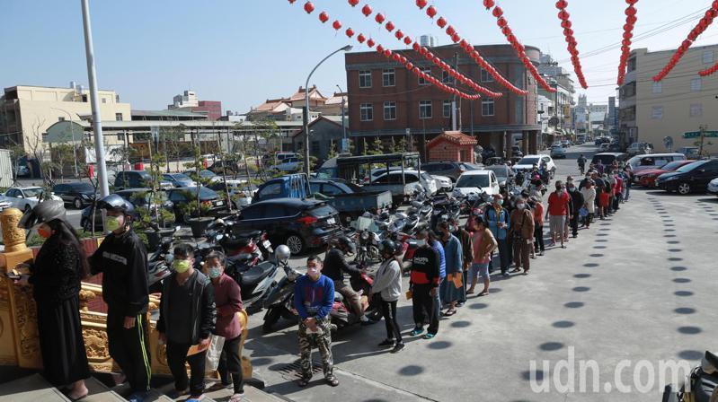 溪湖鎮低收入戶到奉天宮排隊領取冬令關懷物資。記者簡慧珍/攝影