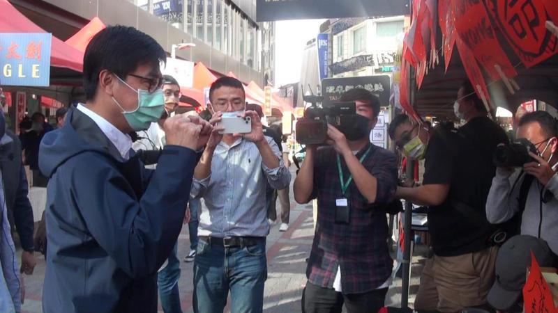 高雄市長陳其邁赴中央公園商圈為商家打氣。記者王昭月/攝影