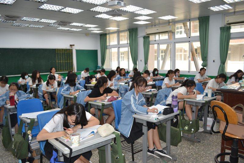 新課綱實施後,高二數學分數學A、數學B,學生視自己未來要讀的科系做選擇。記者鄭惠仁/攝影