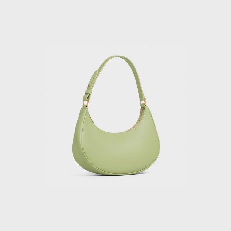 CELINE Ava Bag開心果綠小牛皮半月包,55,000元。圖/CELIN...