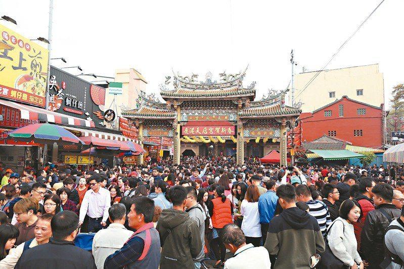 鹿港天后宮每年農曆過年都吸引民眾來拜拜,將廣場擠得水洩不通。圖/鹿港天后宮提供