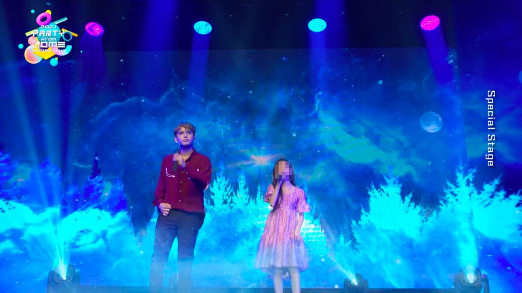 陳零九(左)與鴻海科技集團創辦人郭台銘12歲的女兒妞妞同台合唱「天黑請閉眼」。圖...