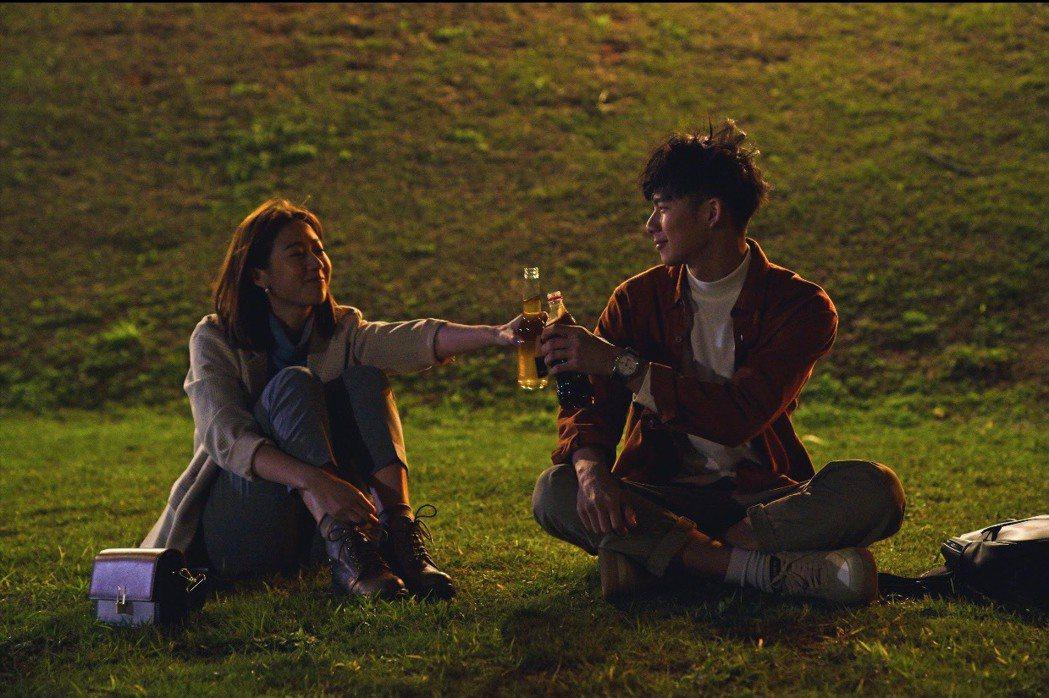 方志友(左)、吳念軒在「粉紅色時光」最終回有情人終成眷屬。圖/TVBS提供