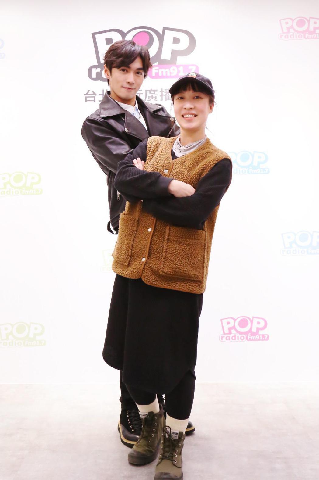 王振諾與經紀人心雅日前作客「幕前幕後偷偷看」節目。圖/POP Radio提供