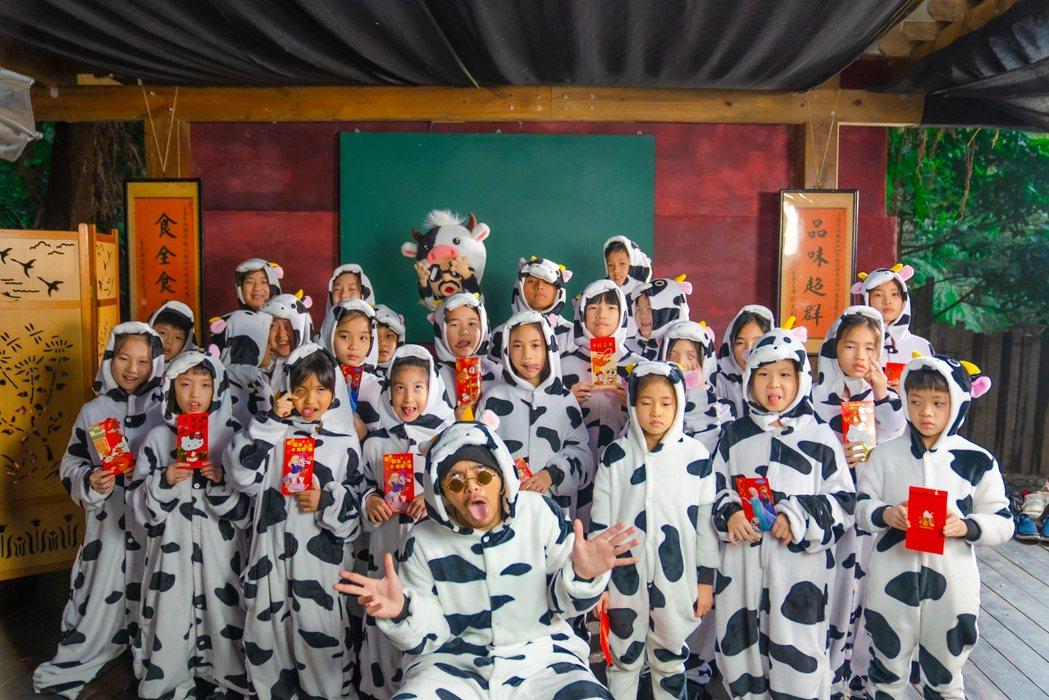 黃明志(前中)新年祭新歌,邀天母國小小朋友入鏡演出小牛。圖/亞洲通文創提供