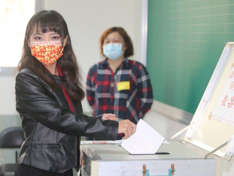 無黨籍高雄市議員黃捷成功挺過罷免。記者劉學聖/攝影