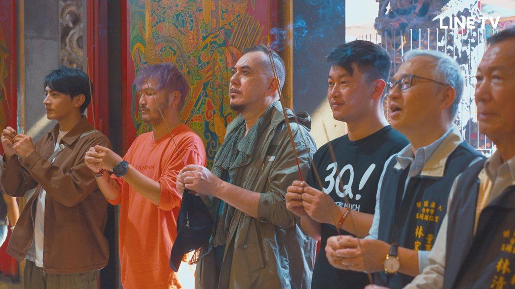 黃秋生、KID、宋柏緯在陳柏惟陪同下感受台灣廟宇文化。圖/LINE TV提供