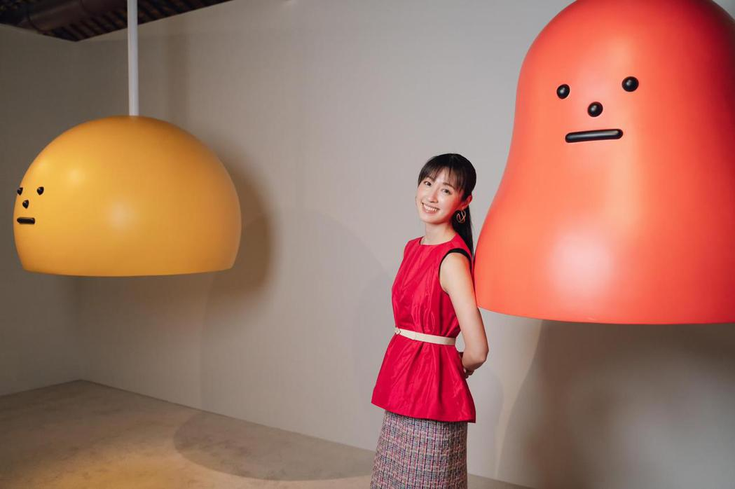 田中千繪參觀「黏黏怪物研究所:登入計畫特展」,開心的在互動區體驗,與大型公仔合影