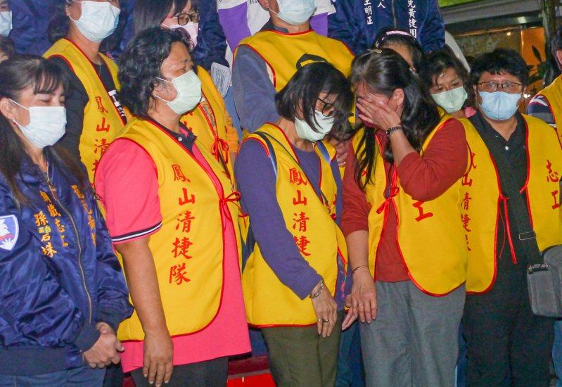 罷免投票結果出爐,罷捷總部志工上台向大家致謝,有志工忍不住難過落淚。記者徐白櫻/攝影