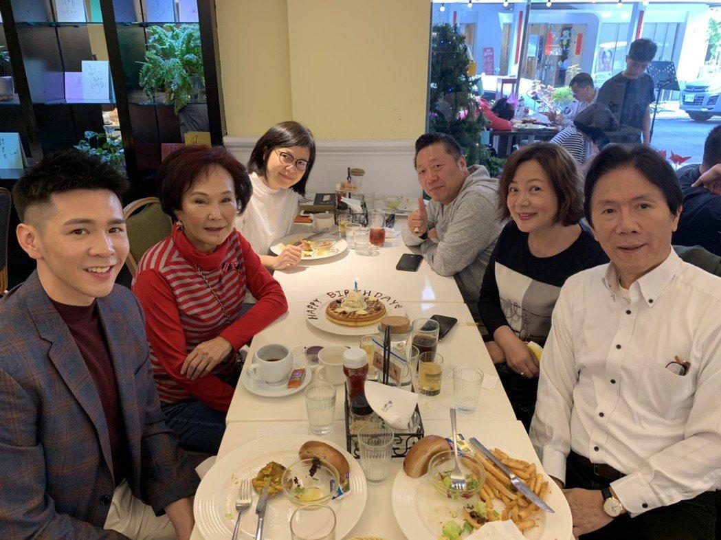 胡錦(左二)和「金不厭詐」劇組開心餐敘。圖/北投映像電影公司提供