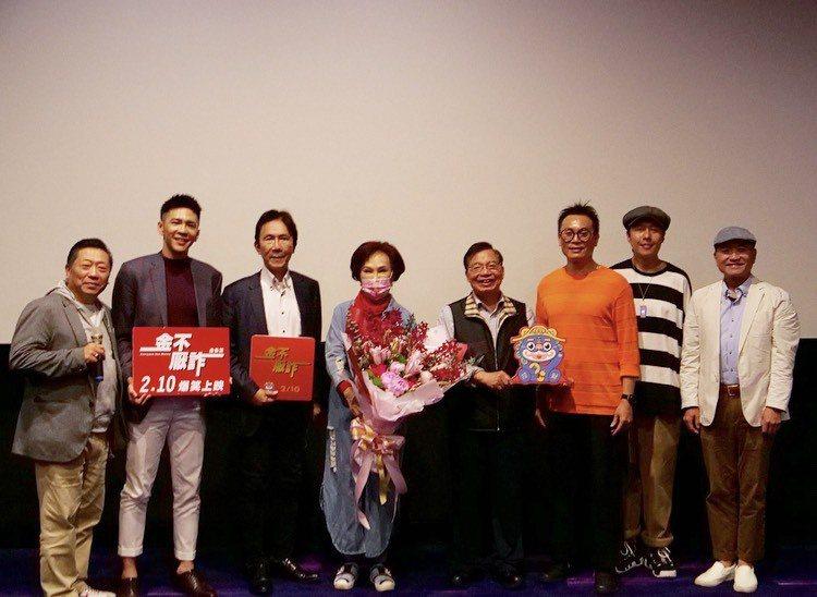 胡錦(左四)出席「金不厭詐」公益包場,和導演及演員們合影。圖/北投映像電影公司提...