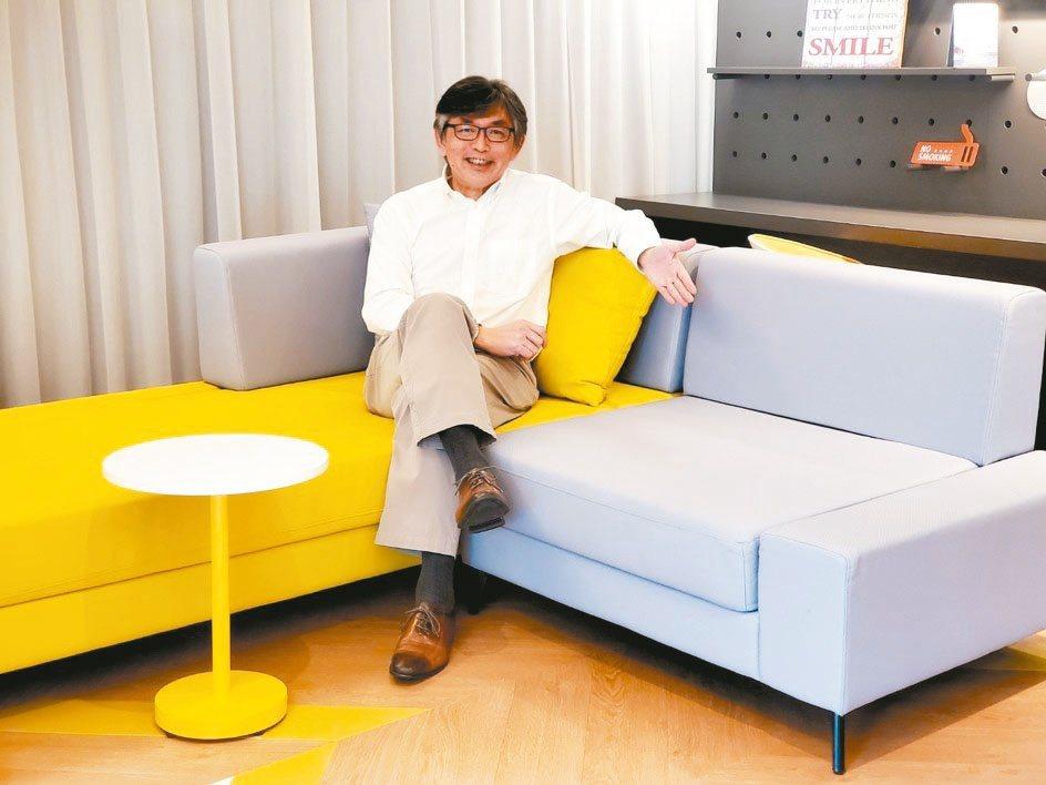 南港老爺行旅總經理陳進東坐在風格客房內,空間配色是現在流行的灰與黃。徐谷楨/攝...