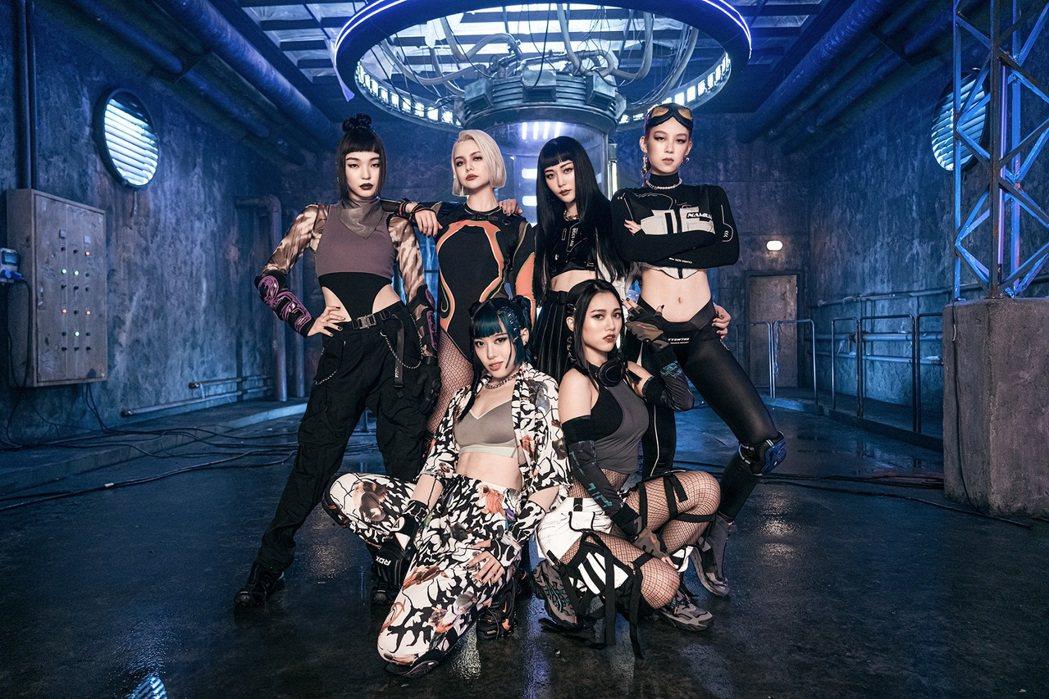 新女團HUR由C. Holly(前排左起)、連穎、巴倫月(後排左起)、裴頡、利善