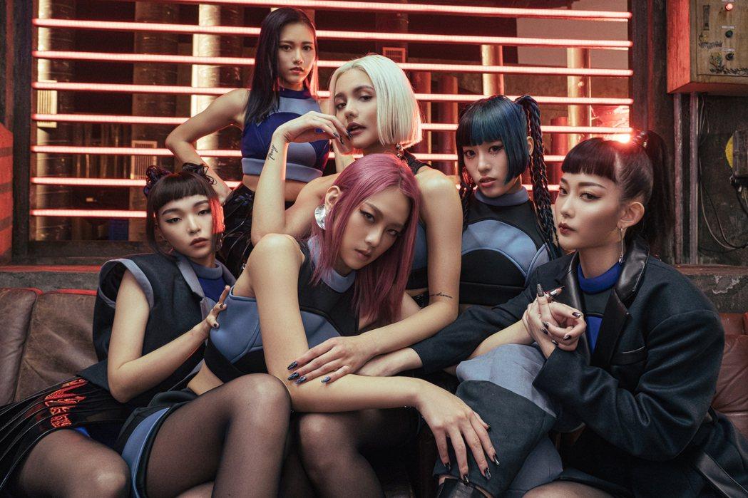 新女團HUR由巴倫月(左起)、連穎、裴頡、席子淇、C.Holly和利善榛。圖/A...