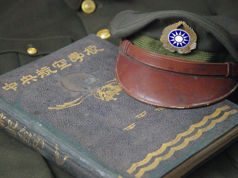 航校二期老將軍留美時的華達呢軍服,以及畢業紀念冊。記者程嘉文/攝影