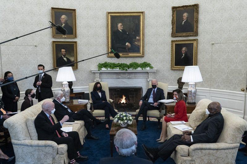 美國總統拜登與副總統賀錦麗(後右、後左)五日在白宮會見眾院議長及民主黨黨團幹部。(美聯社)
