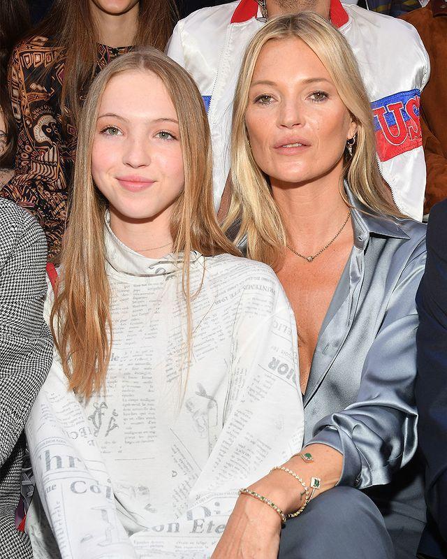 凱特摩絲(右)常與女兒一起看時尚秀。圖/摘自Instagram