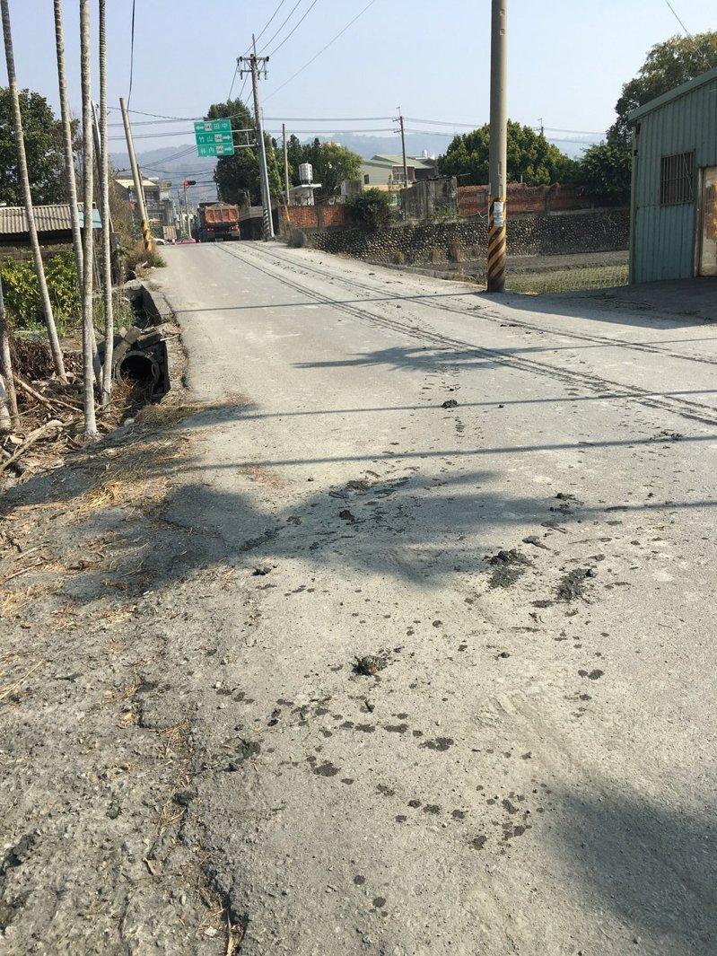 農耕季節,彰化道路上常見農機具沿路留下的泥濘與土塊,容易造成機車騎士摔車,乾掉後又造成塵土飛揚,讓居民困擾。圖/彰化環保局提供